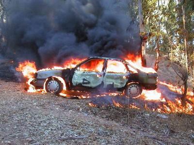 Coche ardiendo (2003, foto 2)